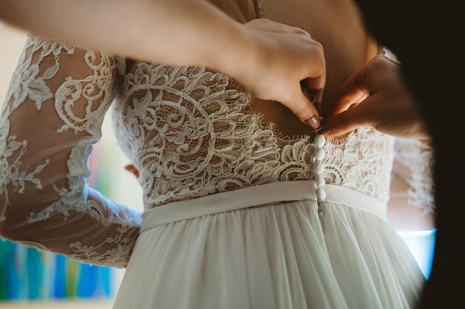 zapinanie sukni ślubnej