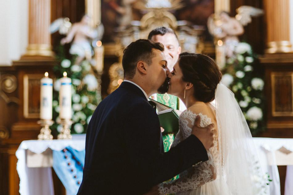 pocałunek w kościele