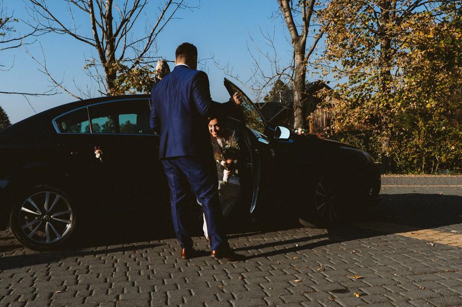 pani młoda wysiada z samochodu