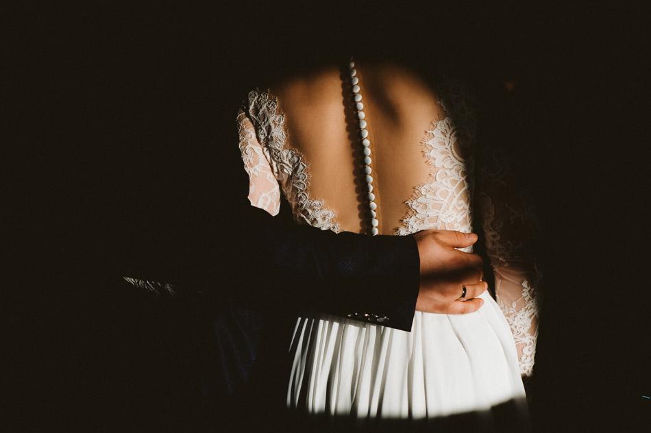 romantyczne zdjęcie ślubne podczas pierwszego tańca