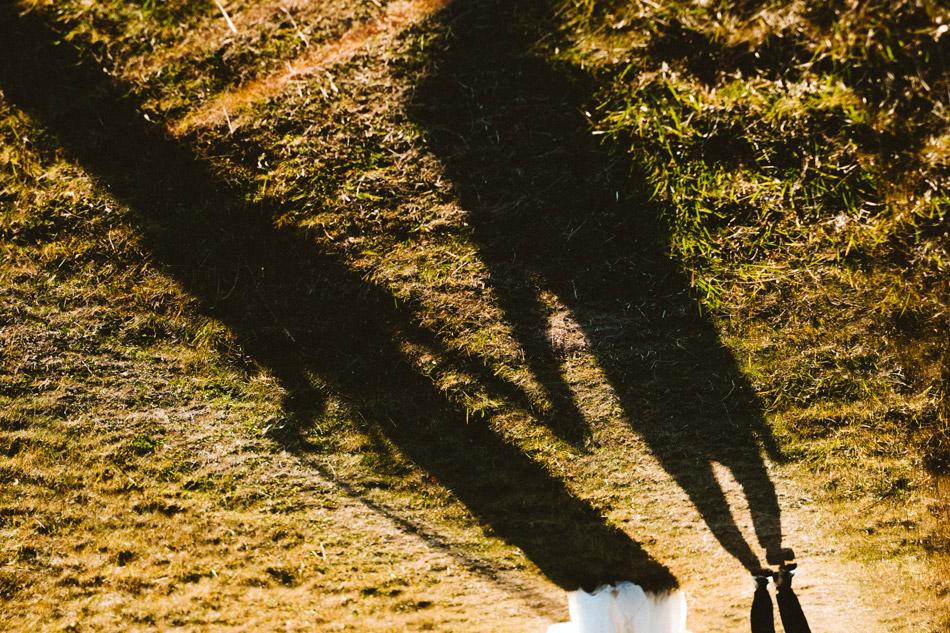 cień spacerującej pary młodej podczas pleneru ślubnego w koniakowie