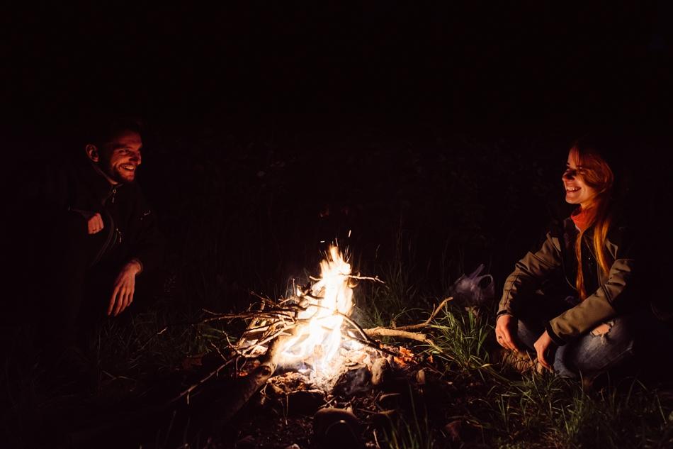 romantyczna sesja randkowa przy ognisku