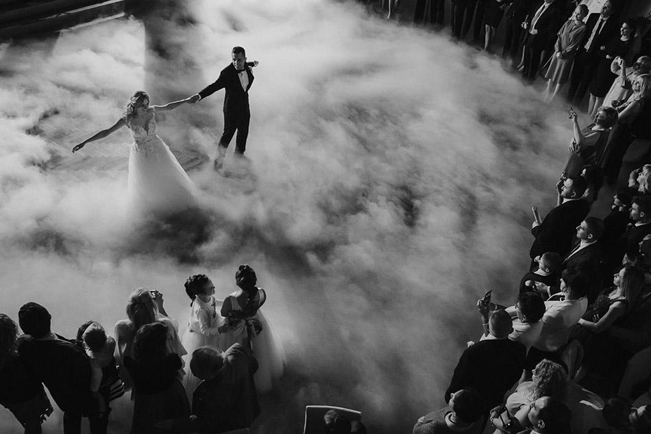 Pierwszy taniec młodej pary. Wesele w folwarku zalesie. Taniec w chmurach