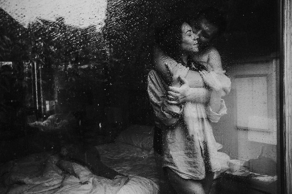 Romantyczna sesja randkowa. Zdjęcia narzeczeńskie podczas deszczu