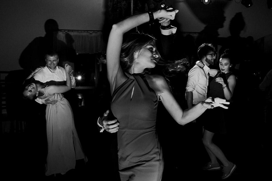 Zdjęcia ślubne podczas zabawy weselnej i przyjęcia. Ciekawe zdjęcia z zabawy weselnej