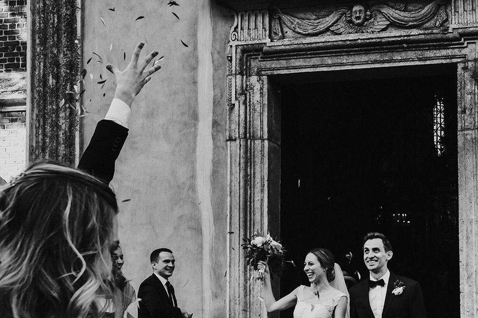 Ekscytujące wyjście młodej pary z Krakowskiego kościoła