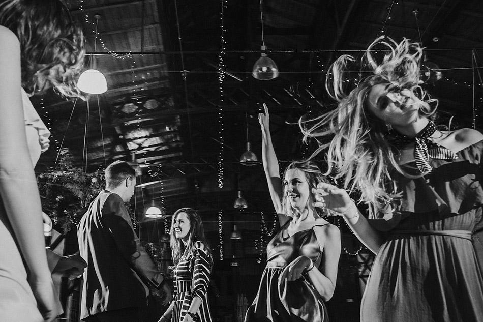 Ciekawa zabawa weselna podczas przyjęcia w starej zajezdni w Krakowie