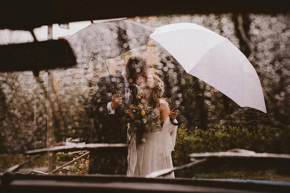 Romantyczne zdjęcia ślubne podczas deszczu