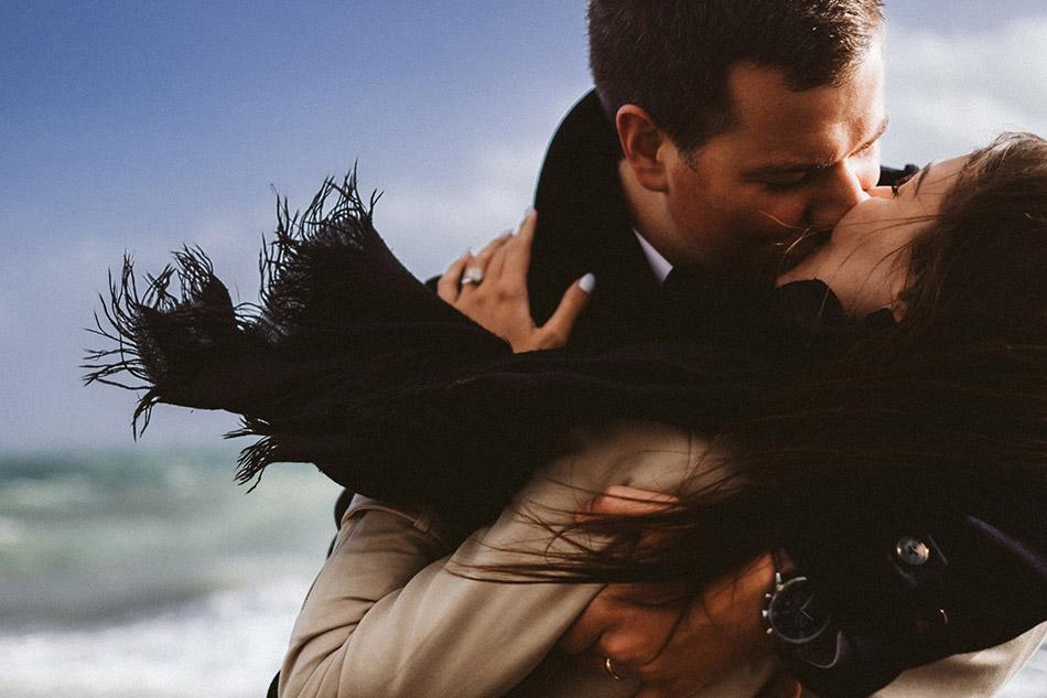 Romantyczny pocałunek nad Morzem. Sesja narzeczeńska w wietrzny dzień