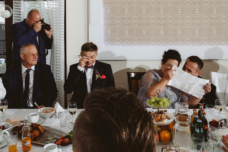 Dobrze bawiący się goście na weselu
