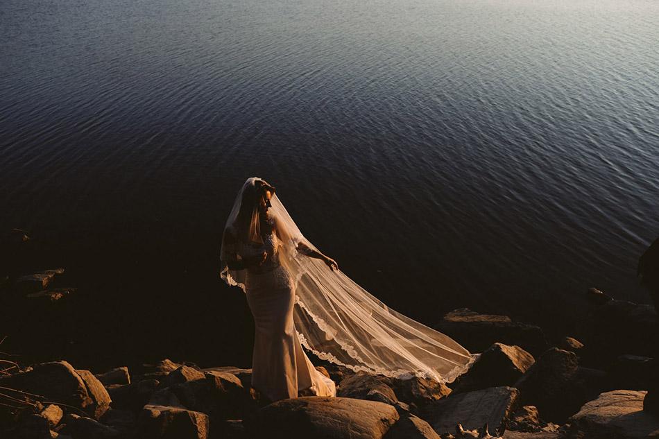 Piękna panna młoda podczas pleneru ślubnego nad Morzem