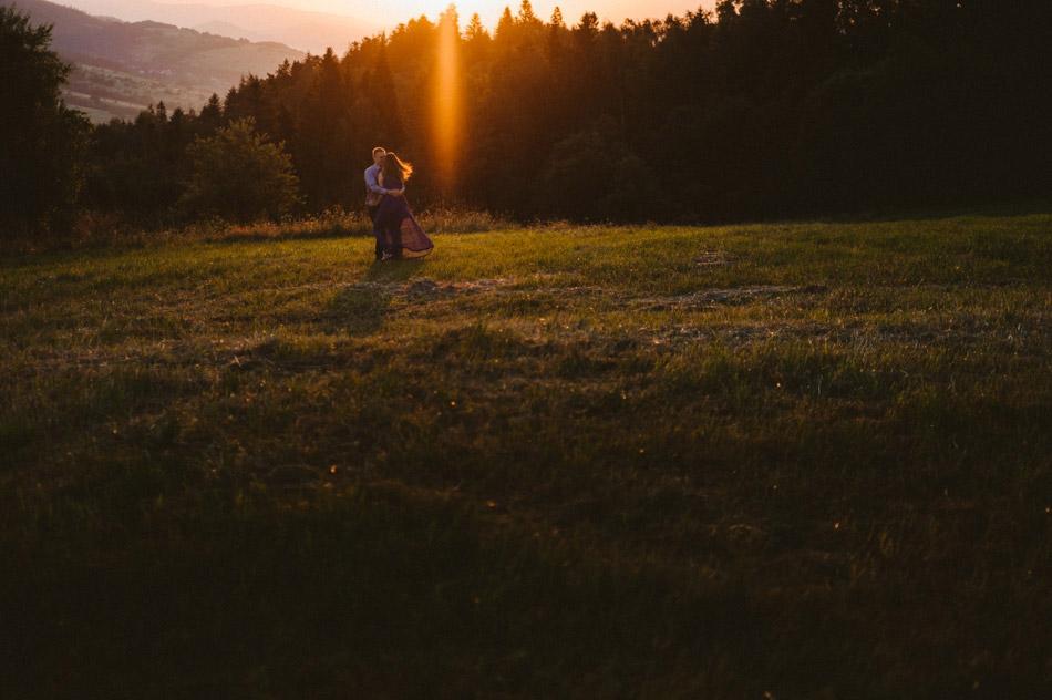 Sesja narzeczeńska o wschodzie słońca
