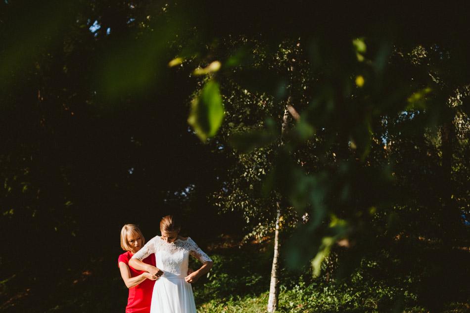 ubieranie sukni ślubnej w plenerze