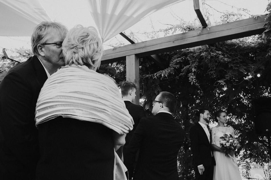 Goście ślubni podczas plenerowej ceremonii w Dolinie Cedronu