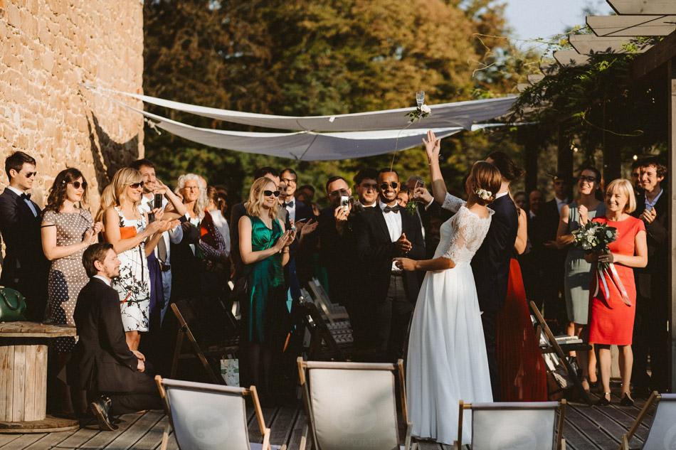 rzut kieliszkami po plenerowym ślubie humanistycznym w Dolinie Cedronu