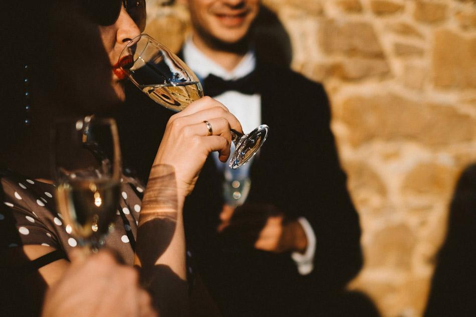Goście weslni podczas plenerowego ślubu