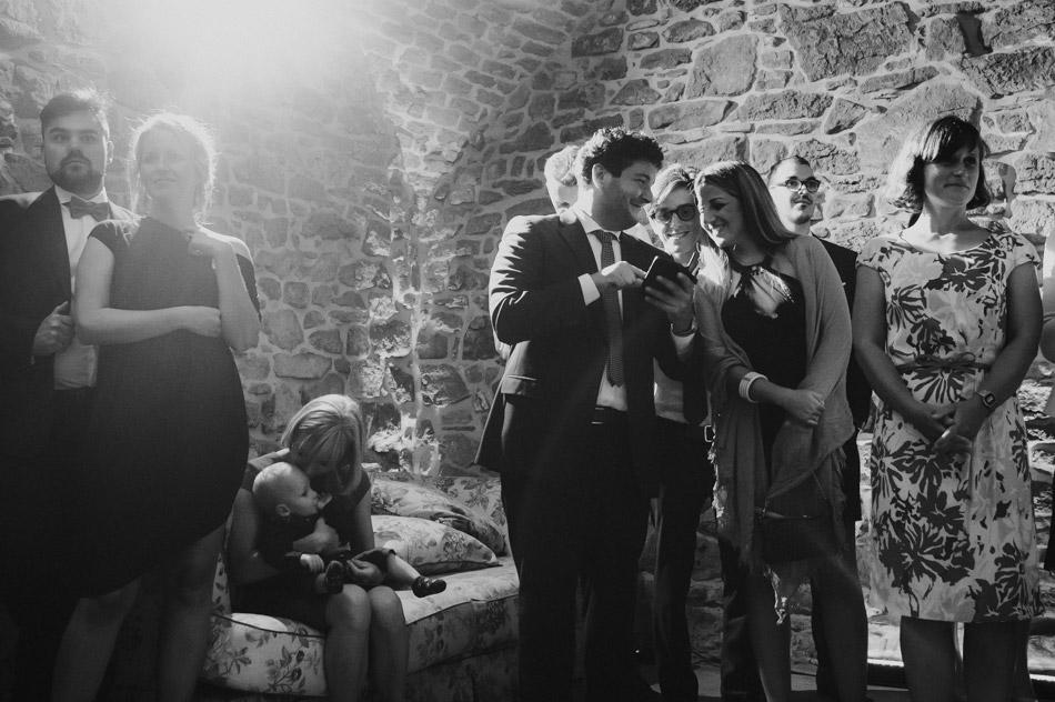 ciekawe zdjęcia gości podczas przyjęcia weselnego