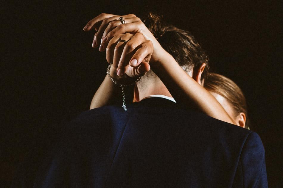 dłonie panny młodej podczas pierwszego tańca