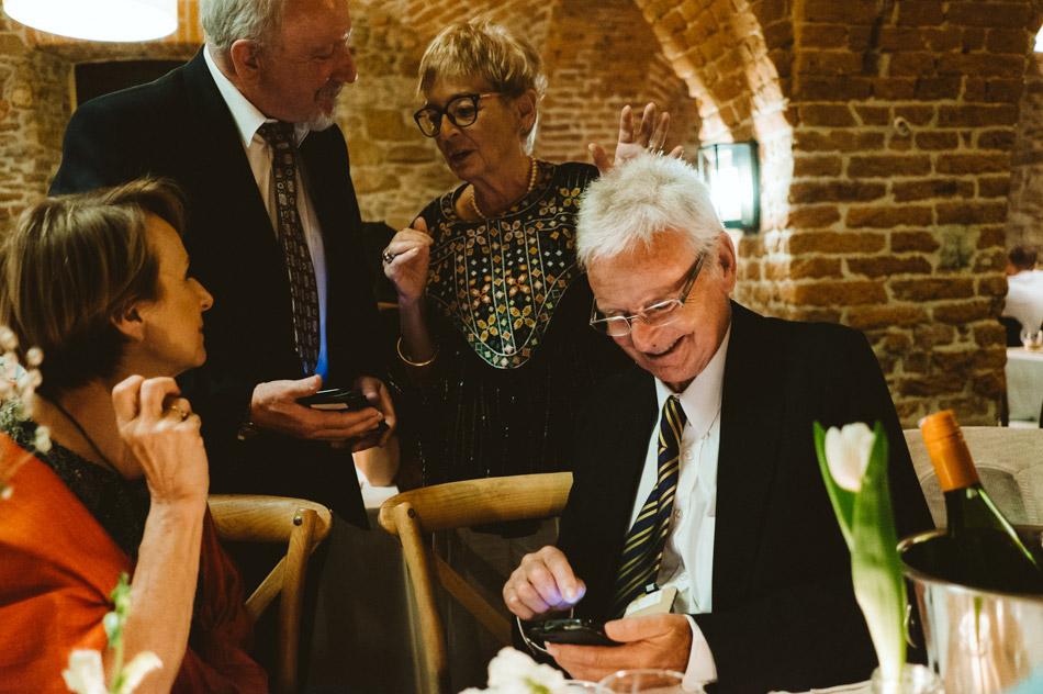 naturalnme zdjęcia gości na weselu